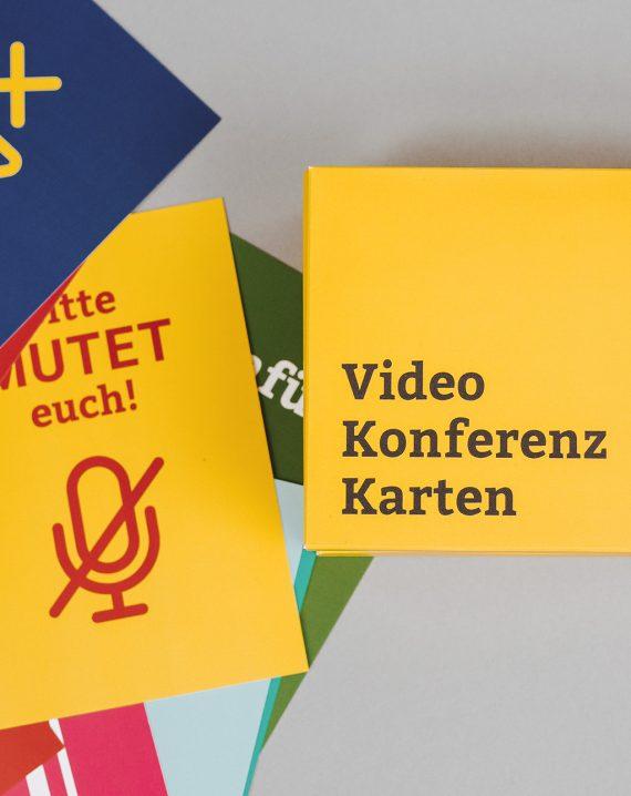 BR Videokonferenzkarten Steckmäppchen in Deutsch und weitere Karten daneben liegend Hochformat